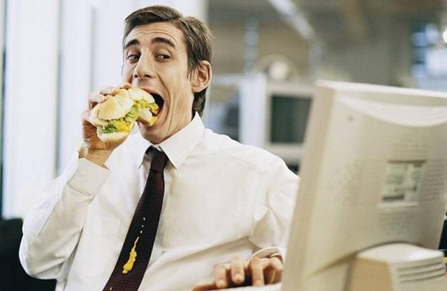 Неправильное питание и малоподвижный образ жизни способствуют развитию геморроя